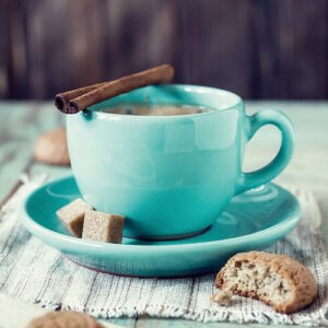 Posters Skleněný Obraz Modrý šálek kávy se zákuskem